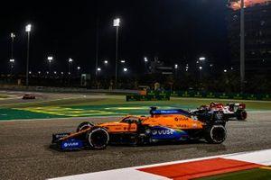 Carlos Sainz Jr., McLaren MCL35, Antonio Giovinazzi, Alfa Romeo Racing C39
