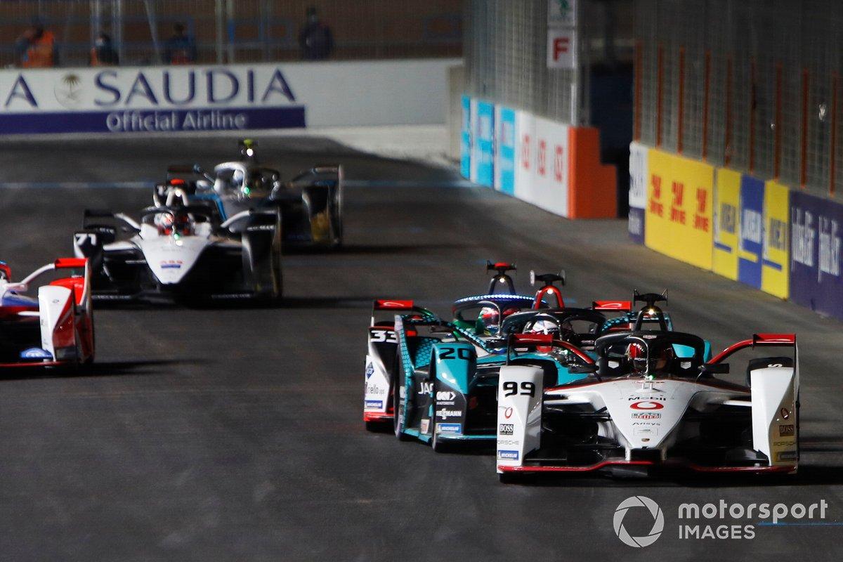 Pascal Wehrlein, Tag Heuer Porsche, Porsche 99X Electric, por delante de Mitch Evans, Panasonic Jaguar Racing, Jaguar I-Type 5, y Rene Rast, Audi Sport ABT Schaeffler, Audi e-tron FE07