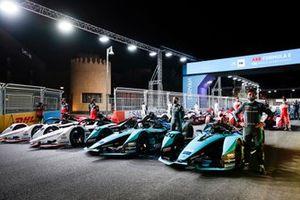 Mitch Evans, Panasonic Jaguar Racing, Sam Bird, Panasonic Jaguar Racing e gli altri piloti si schierano con le loro auto per una foto pre-campionato