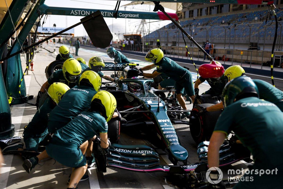 Sebastian Vettel, Aston Martin AMR21, en boxes durante los entrenamientos