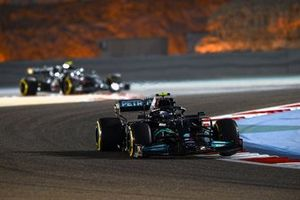 Valtteri Bottas, Mercedes W12, Sebastian Vettel, Aston Martin AMR21