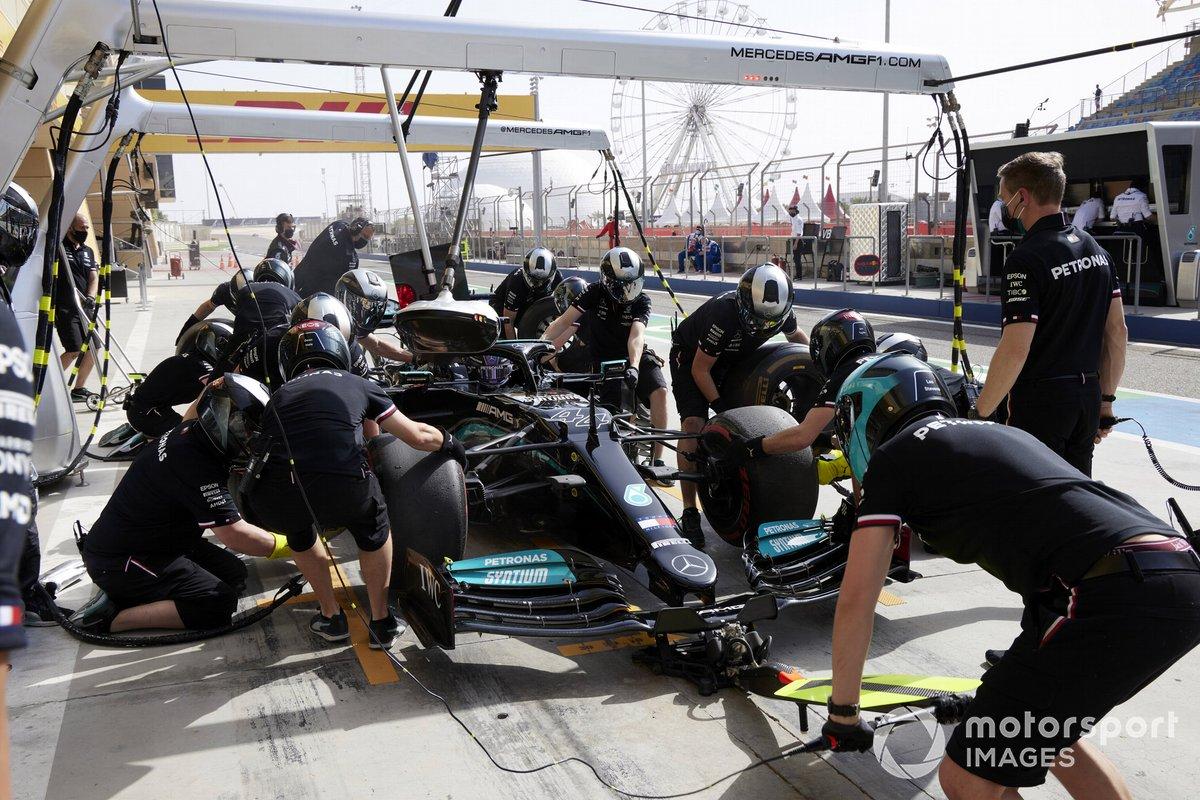 Lewis Hamilton, Mercedes W12, durante un pitstop
