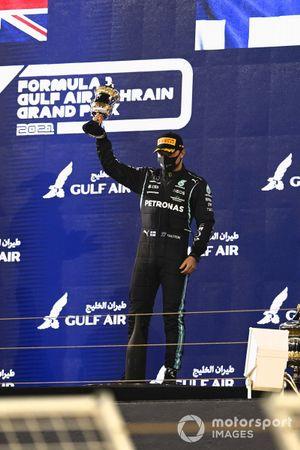 Le troisième Valtteri Bottas, Mercedes, sur le podium avec son trophée