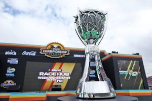 El trofeo del Campeonato de la Copa NASCAR 2020 en el escenario previo a la carrera