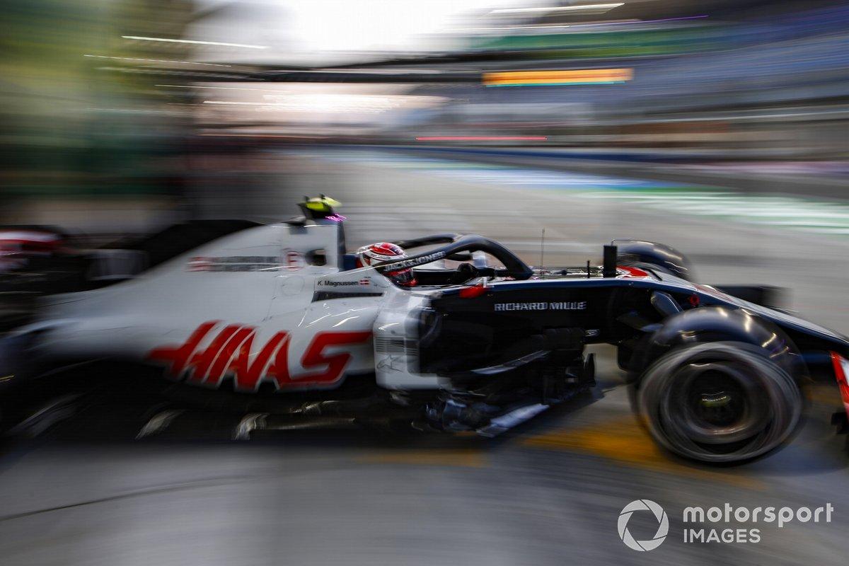 Kevin Magnussen, Haas VF-20, esce dal garage