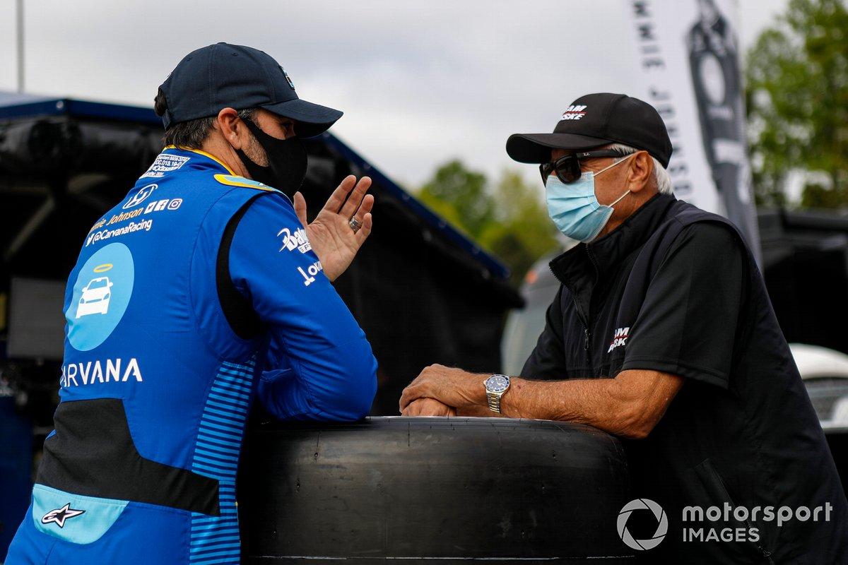 Jimmie Johnson, Chip Ganassi Racing Honda habla con Rick Mears