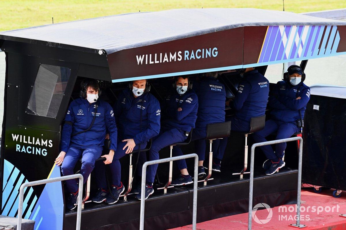 El equipo Williams en el muro de boxes