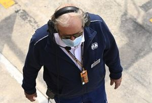Un delegato della FIA in pit lane