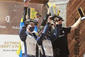 Catie Munnings, Timmy Hansen, Andretti United Extreme E Rosberg X Racing en el podio con el trofeo