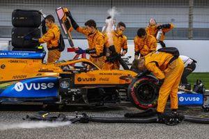 Los mecánicos trabajan en el McLaren MCL35 de Carlos Sainz