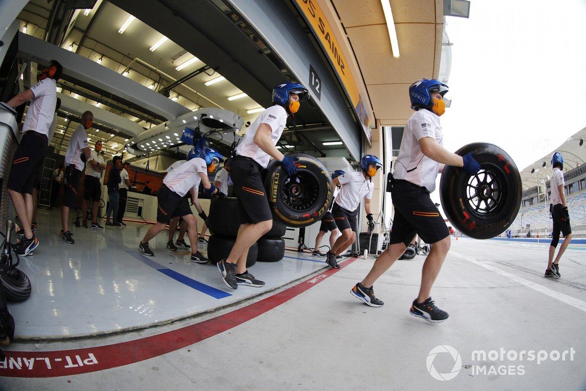 Механики McLaren тренируют пит-стоп