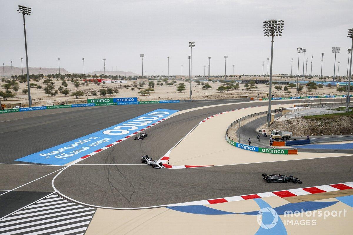Valtteri Bottas, Mercedes F1 W11, Daniil Kvyat, AlphaTauri AT01, e Romain Grosjean, Haas VF-20