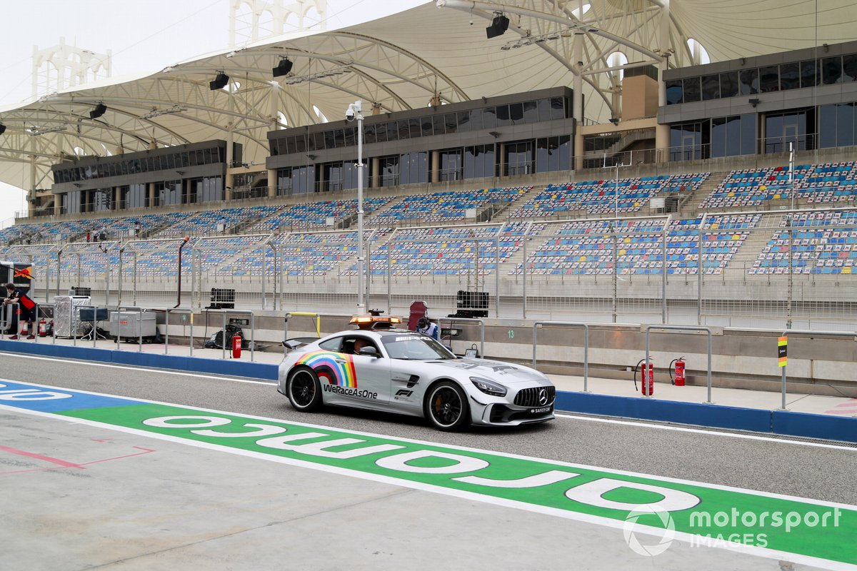 EL Safety Car en el pit lane