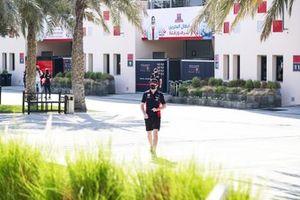 Max Verstappen, Red Bull Racing in de paddock