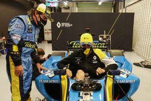 Esteban Ocon se mete en el Renault R25 de su compañero en Renault, Fernando Alonso