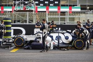 Mechanics with the car of Pierre Gasly, AlphaTauri AT01, on the grid