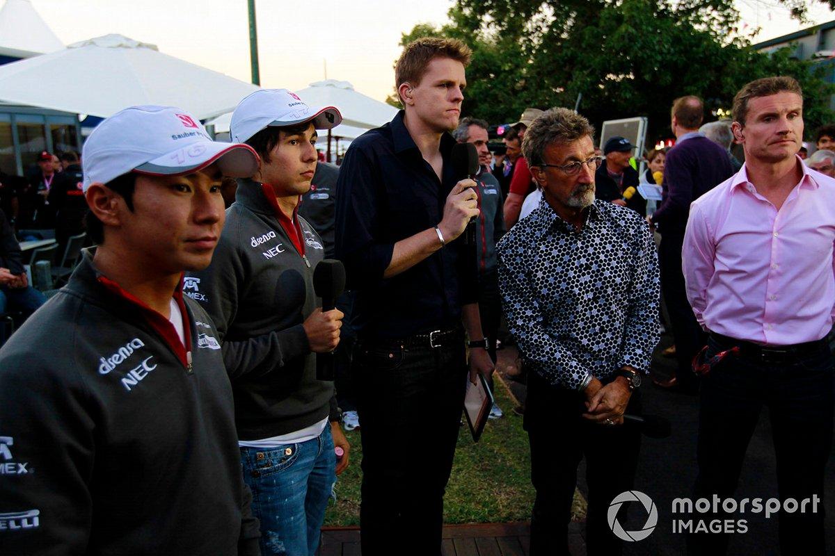 El equipo de F1 de la BBC, formado por Jake Humphrey, Eddie Jordan y David Coulthard, comenta la carrera con Sergio Pérez, Sauber C30 Ferrari, descalificado, y Kamui Kobayashi, Sauber C30 Ferrari, descalificado