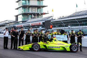 NTT P1 Award and pole winner Simon Pagenaud, Team Penske Chevrolet poses with his crew for the front row photos