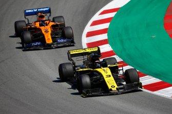 Daniel Ricciardo, Renault R.S.19, devant Carlos Sainz Jr., McLaren MCL34