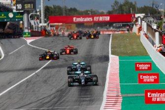 Lewis Hamilton, Mercedes AMG F1 W10, leads Valtteri Bottas, Mercedes AMG W10, Max Verstappen, Red Bull Racing RB15, Sebastian Vettel, Ferrari SF90, and the rest of the field at the restart