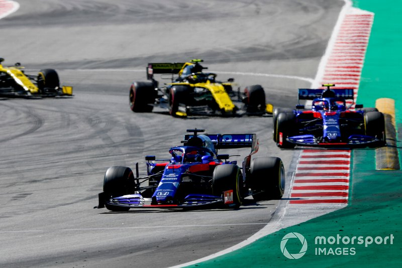 Daniil Kvyat, Toro Rosso STR14, leads Alexander Albon, Toro Rosso STR14, and Nico Hulkenberg, Renault R.S. 19