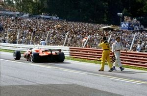 Andrea de Cesaris, Alfa Romeo 182 retirado, regresa a los pits