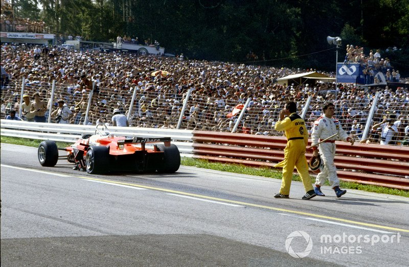 Красно-белые машины Андреа да Чезариса и Бруно Джакомелли были разбиты, пострадали и еще несколько участников