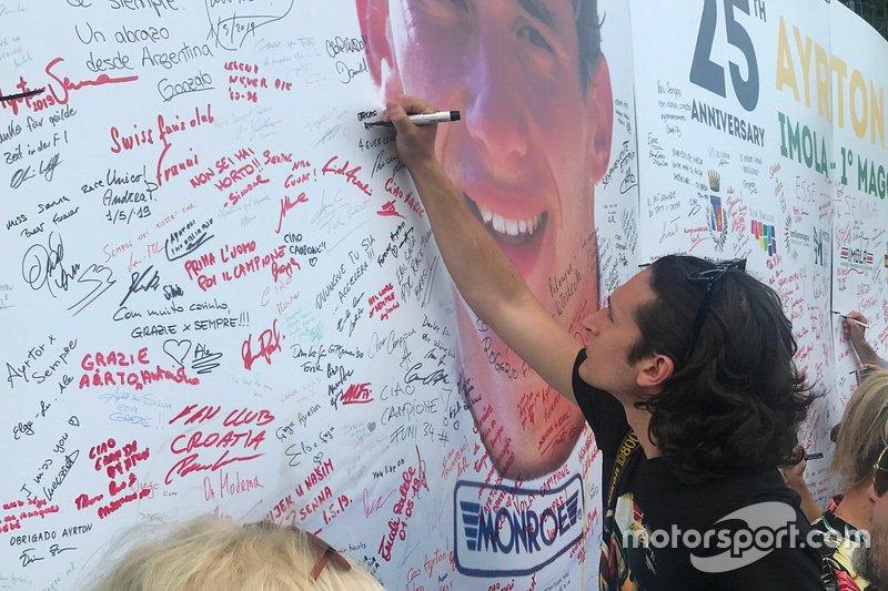 Un fifoso lascia un messaggio accanto alla foto di Ayrton Senna