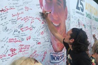 Un aficionado deja un mensaje en la foto de Ayrton Senna