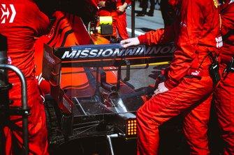 Pantalla de protección DRS utilizada por los mecánicos de Ferrari.