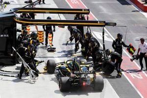 Daniel Ricciardo, Renault R.S.19, comes in for a pit stop