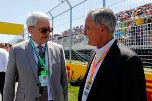 Marc Garneau, Ministro de Transporte de Canadá, con Chase Carey, Presidente de Fórmula 1