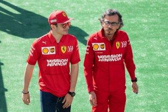 Kimi Raikkonen, Alfa Romeo Racing, con Laurent Mekies, Director Deportivo de Ferrari