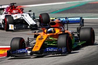 Lando Norris, McLaren MCL34, precede Kimi Raikkonen, Alfa Romeo Racing C38