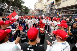 The drivers lead a tribute to the late Niki Lauda prior to the start