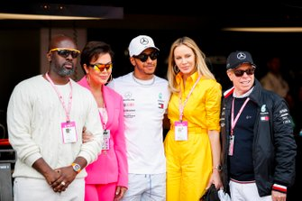 Kris Jenner en Corey Gamble met Lewis Hamilton, Mercedes AMG F1