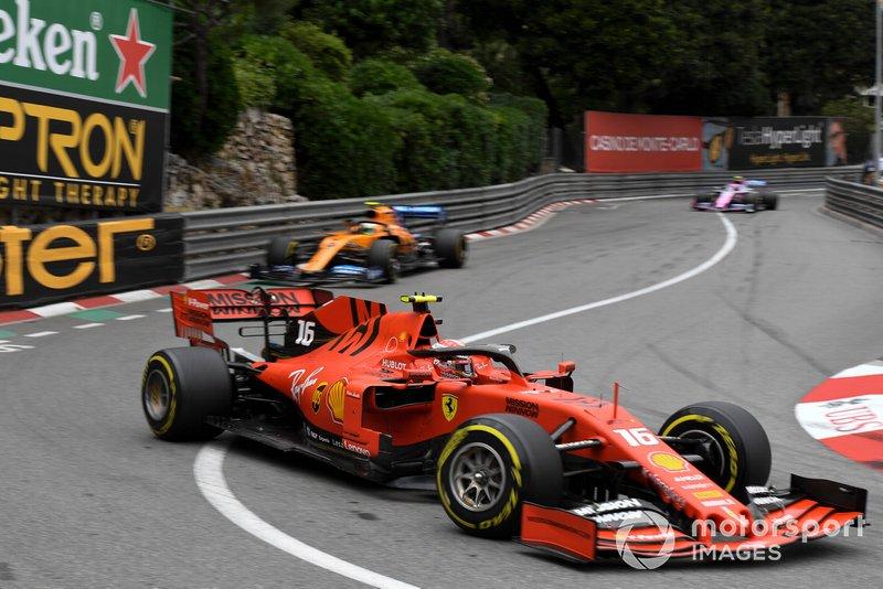 Charles Leclerc, Ferrari SF90, ve Lando Norris, McLaren MCL34, ve Lance Stroll, Racing Point RP19