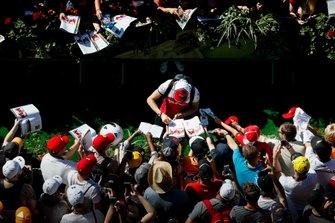 Antonio Giovinazzi, Alfa Romeo Racing firma un autografo ad un fan