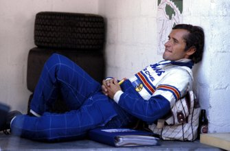 El ganador de la carrera y el héroe local Jacky Ickx se relaja en el área de Rothmans Porsche