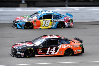 Clint Bowyer, Stewart-Haas Racing, Ford Mustang Haas Automation / ITsavvy and Kyle Busch, Joe Gibbs Racing, Toyota Camry M&M's Hazelnut