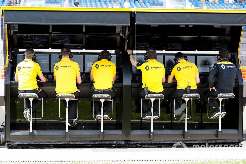 El equipo Renault en el muro