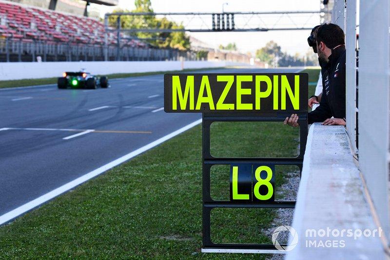 Un ingegnere Mercedes AMG F1 tiene la pit board per Nikita Mazepin, tester privato, Mercedes AMG F1