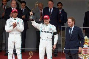 Valtteri Bottas, Mercedes AMG F1, terza posizione, solleva il suo trofeo