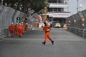 Oficiales de pista limpian el circuito