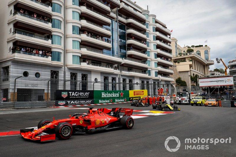 Sebastian Vettel, Ferrari SF90, Daniel Ricciardo, Renault R.S.19, y Kevin Magnussen, Haas F1 Team VF-19