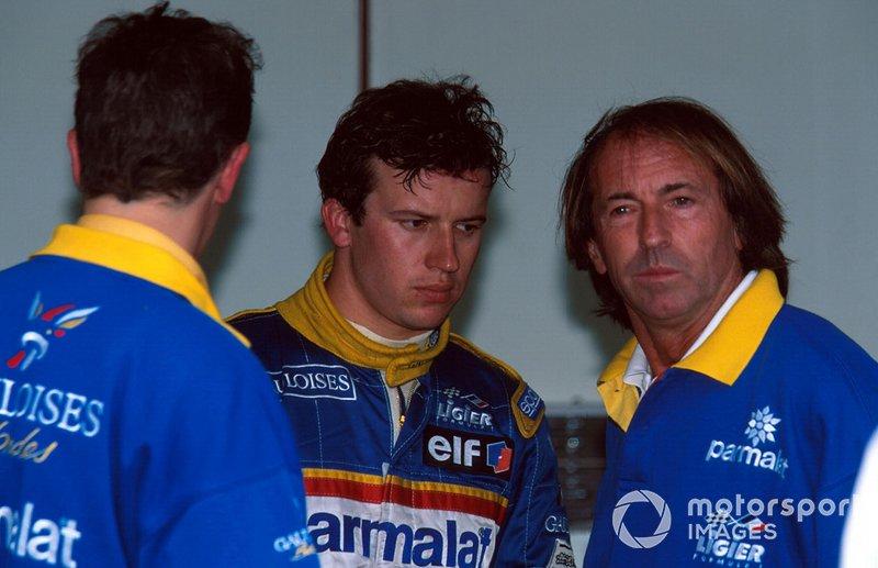 Le vainqueur Olivier Panis, Ligier JS43, avec l'ancien pilote Jacques Laffite