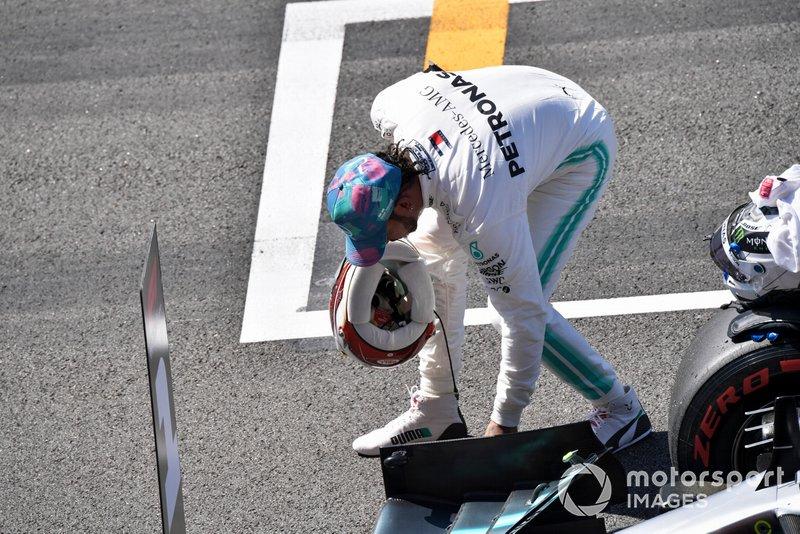 Lewis Hamilton, Mercedes AMG F1, inspecte sa voiture après les qualifs