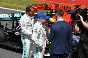 Le poleman Valtteri Bottas, Mercedes AMG F1, et Lewis Hamilton, Mercedes AMG F1, sont interviewés par Jenson Button, Sky Sports F1