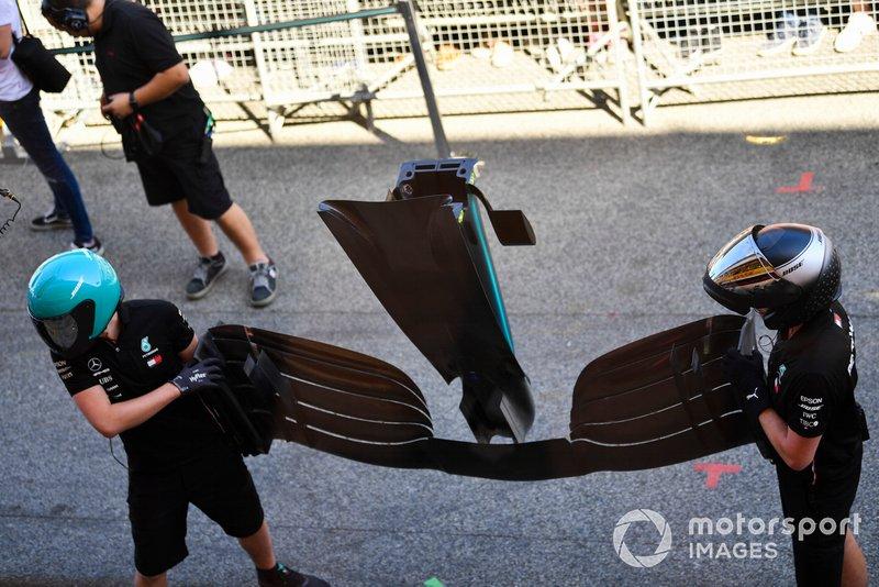Los mecánicos de AMG Mercedes llevan un alerón delantero