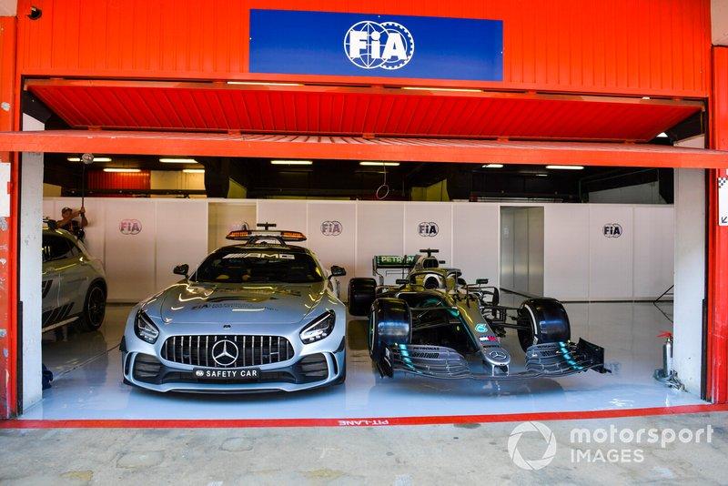 Coche de seguridad y coche de Lewis Hamilton, Mercedes AMG F1 W10 en el garaje de la FIA